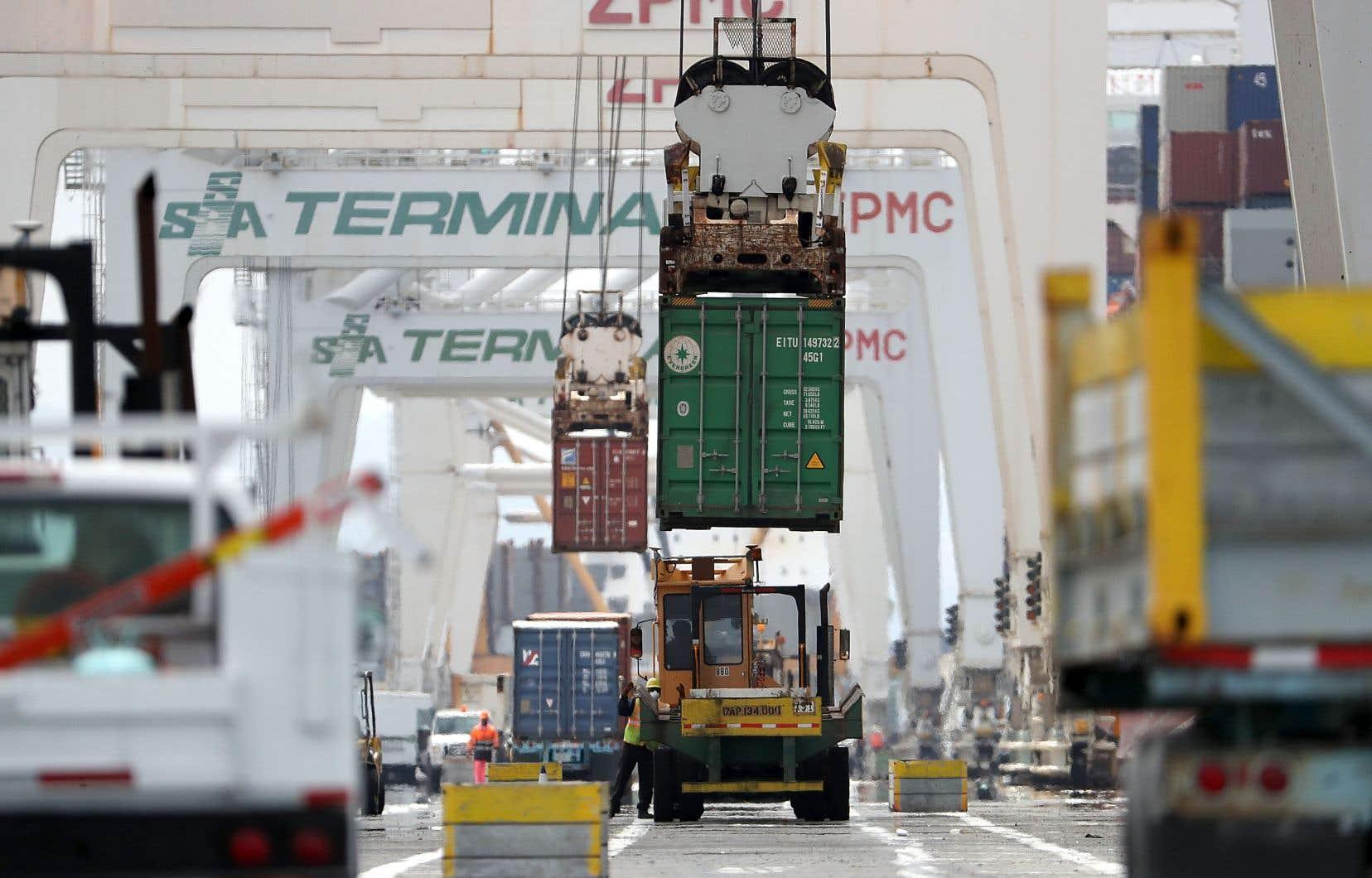 Un porte-conteneurs chinois est déchargé, en juin, au port d'Oakland, en Californie.