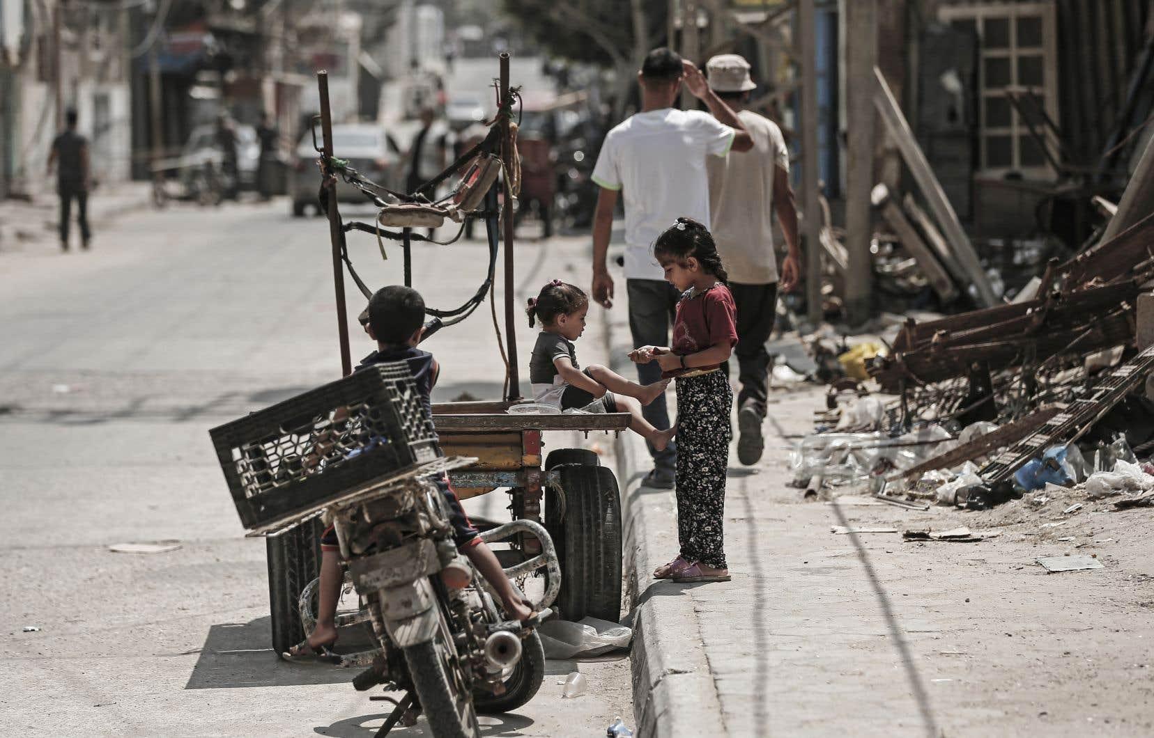 Des enfants palestiniens jouent dans une rue du camp de réfugiés d'Al-Shati, à Gaza.