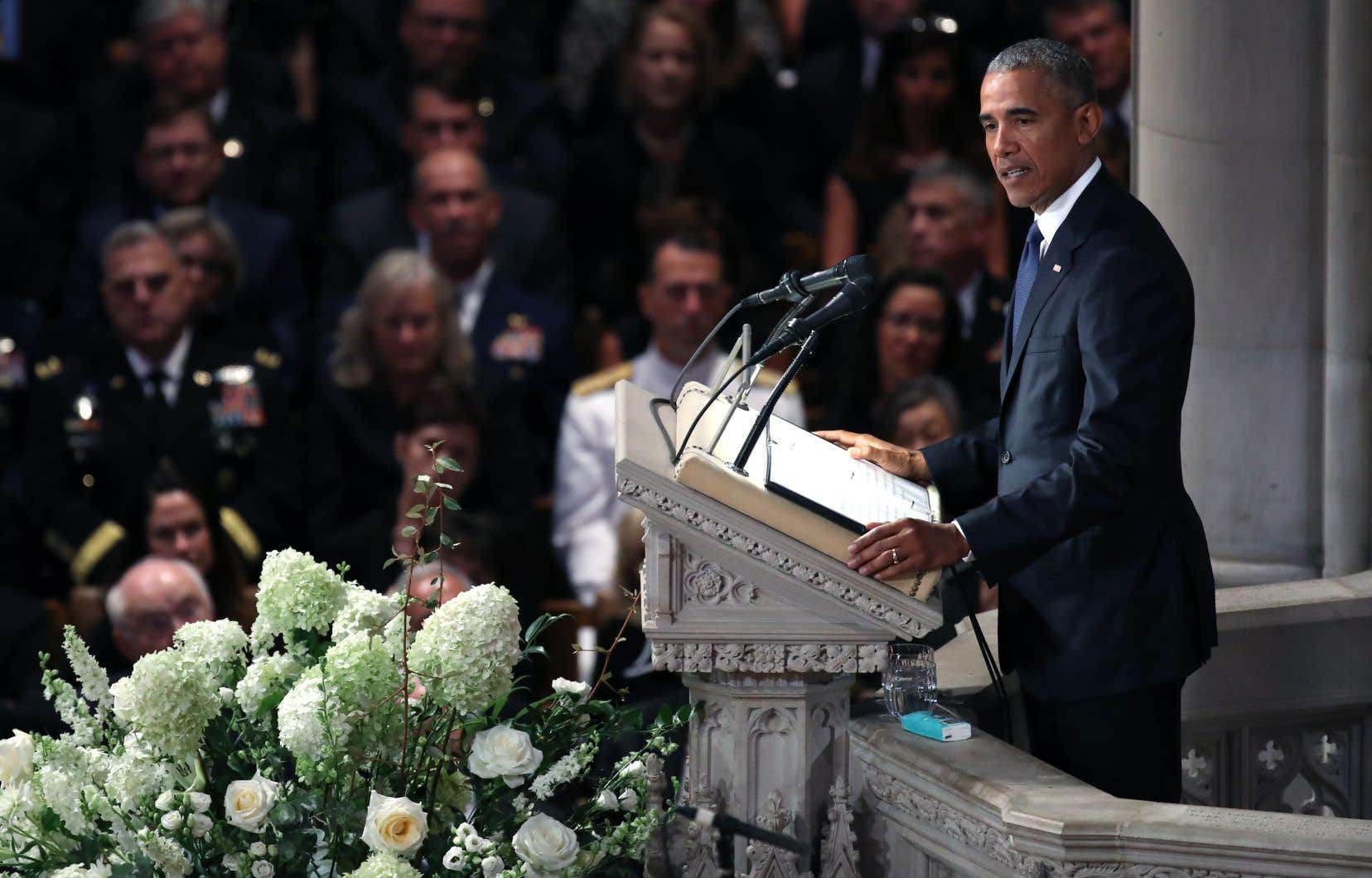 L'ex-président Barack Obama a prononcé des éloges funèbres pour son ancien rival républicain John McCain.