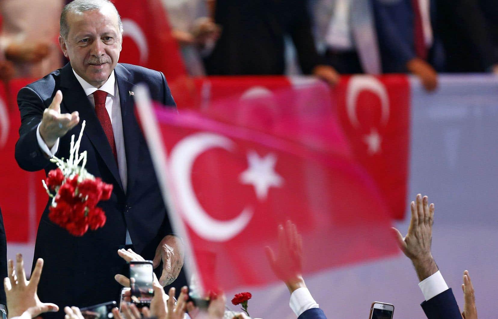 Le président turc, Recep Tayyip Erdogan, a lancé des fleurs à ses partisans avant de prononcer un discours au congrès de sa formation politique, le Parti de la justice et du développement, à Ankara le 18août dernier.