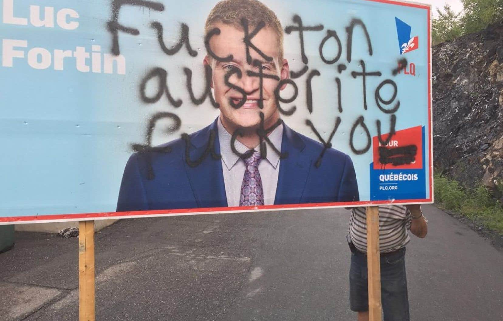 Luc Fortin a publié sur sa page Facebook une photographie illustrant les dommages infligés à l'une de ses affiches électorales.
