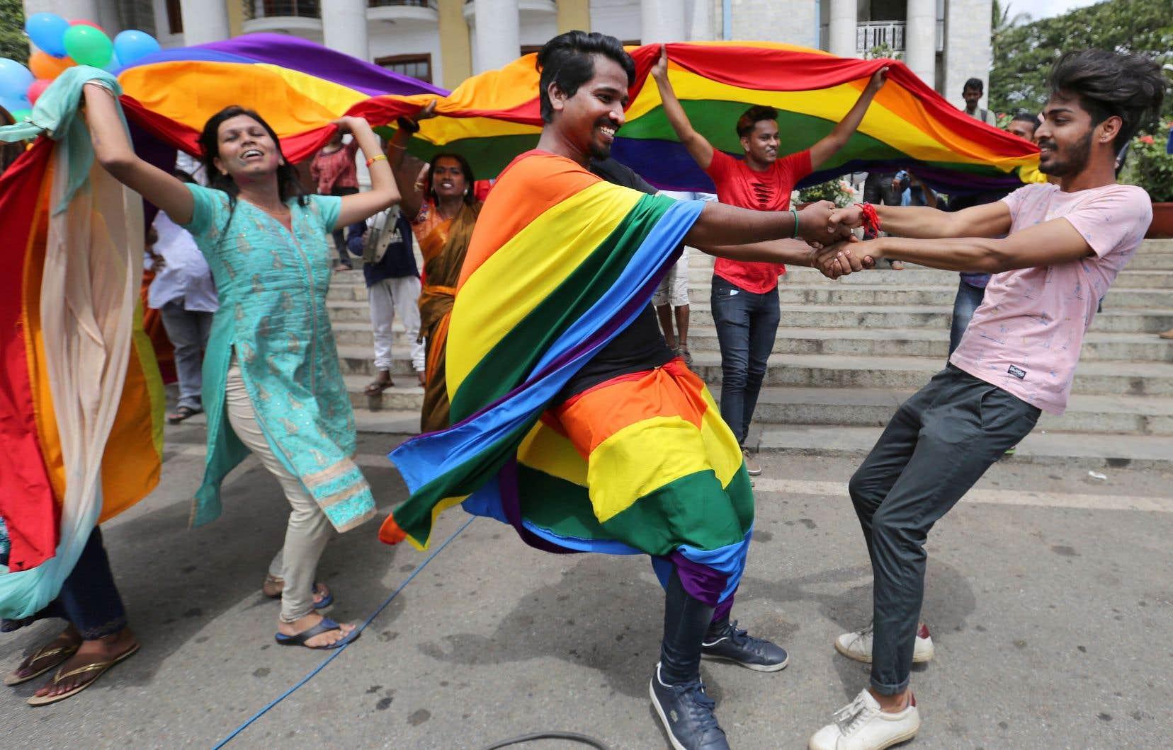 À travers le pays, plusieurs personnes ont manifesté leur joie en agitant des drapeaux arc-en-ciel, en s'effondrant dans les bras les uns des autres et en dansant, comme sur la photo, à Bangalore.