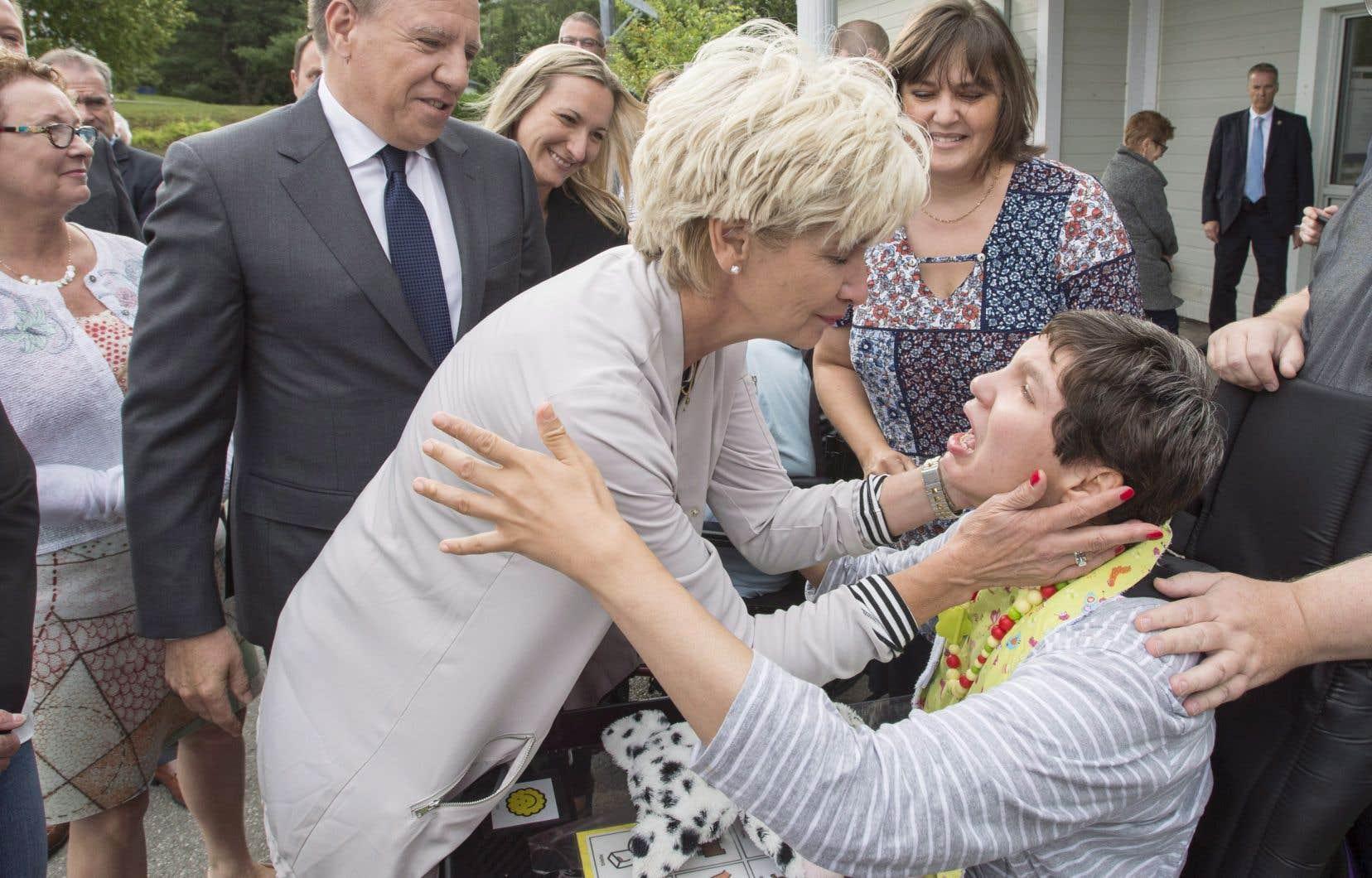 Le chef caquiste François Legault et sa femme Isabelle Brais ont rencontré des familles prenant soin d'un enfant handicapé à Saint-Alphonse-Rodriguez jeudi.