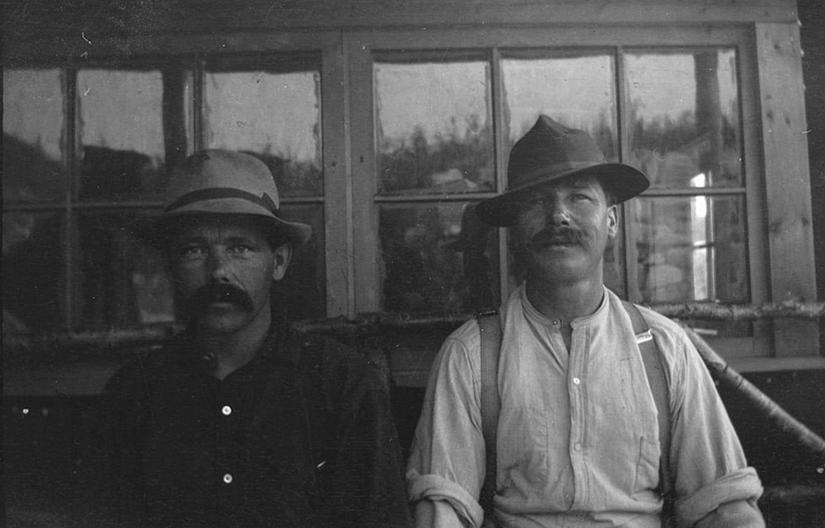 Deux hommes détenus au camp de Spirit Lake. Sur place, 200 soldats canadiens sont mobilisés pour surveiller les immigrants.