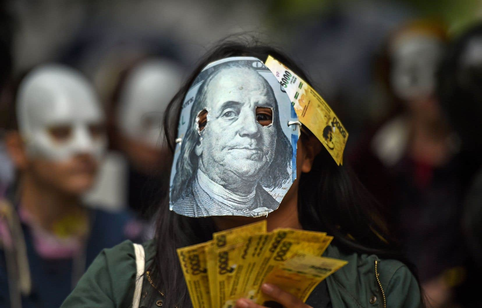 L'Argentine est plongée dans une grave crise monétaire à laquelle le gouvernement répond par des mesures d'austérité. Un argentin manifeste, en mai, pour signifier son opposition aux négocations entre Buenos Aires et le FMI.