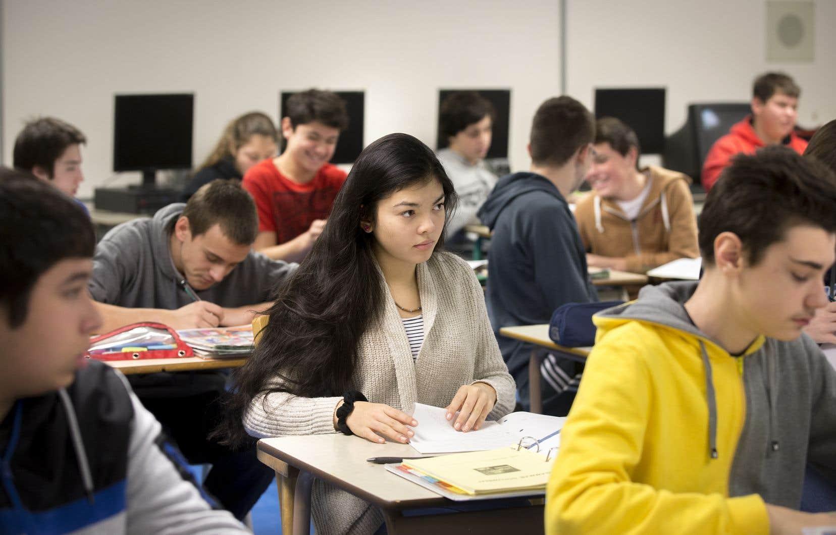 Le Parti québécoise propose de rendre l'école obligatoire jusqu'à l'âge de 18 ans ou jusqu'à l'obtention d'un premier diplôme, comme c'est maintenant le cas en Ontario, soulignent les auteurs.