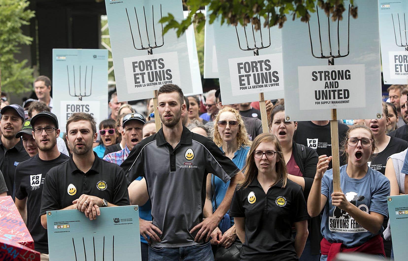 À Montréal, quelques centaines de jeunes producteurs agricoles ont marché vers les bureaux montréalais du premier ministre Justin Trudeau, jeudi, pour réclamer le maintien intégral de la gestion de l'offre.