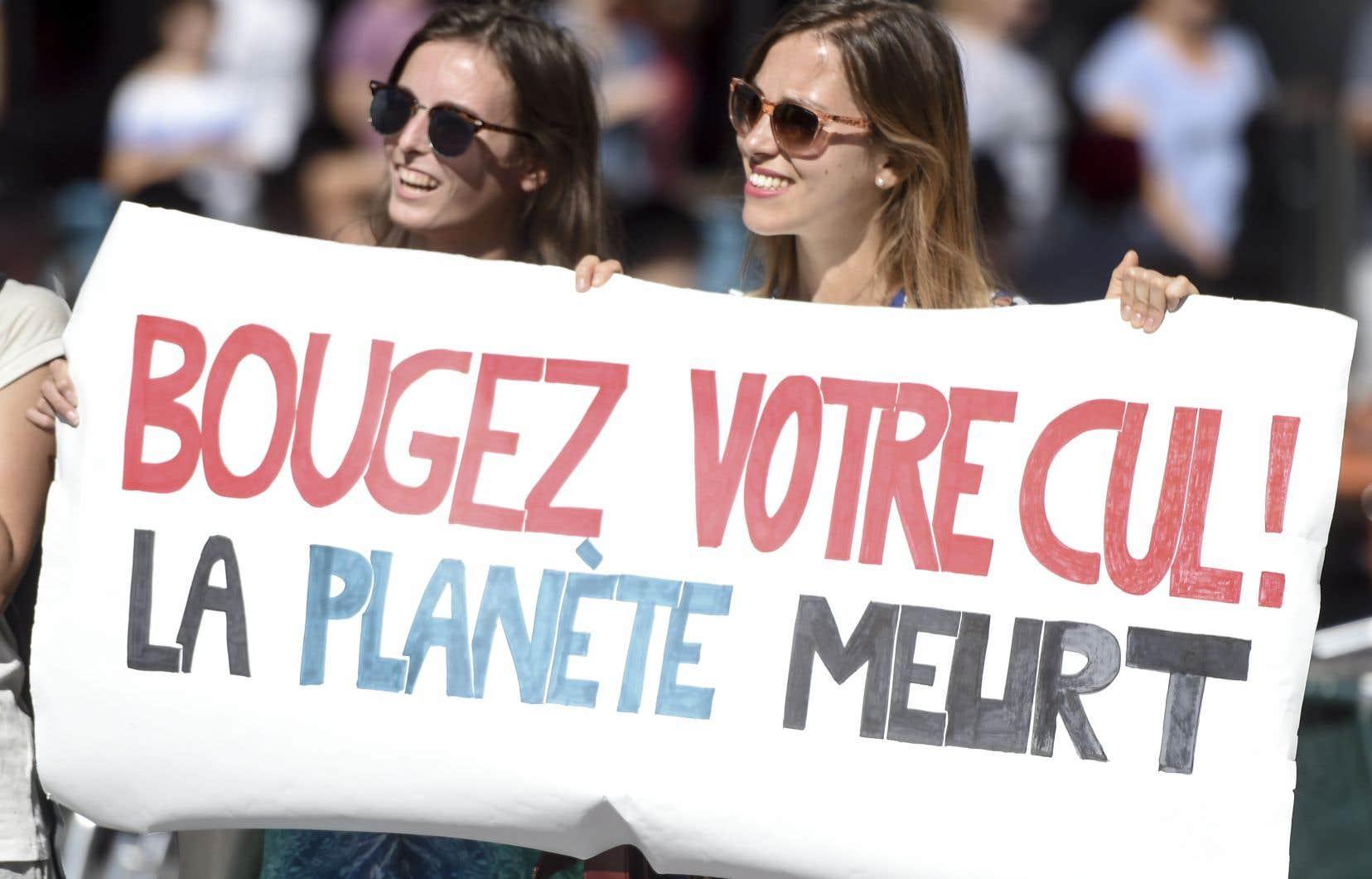 Deux femmes tiennent une pancarte qui parle d'elle-même lors de la marche pour le climat, à Nantes, dans l'ouest de la France, le 8 septembre 2018.