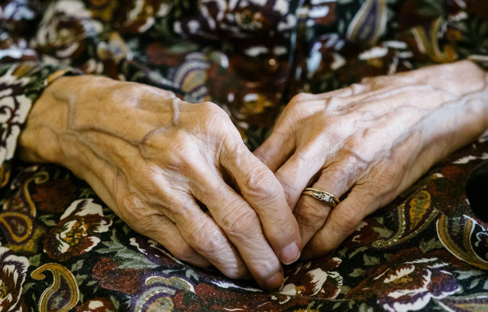 L'isolement social et la solitude seraient aussi risqués pour la santé que le tabagisme ou l'obésité. Une analyse de 70 études a montré que le fait d'être isolé, de se sentir seul ou de vivre seul, quel que soit son âge, augmente de presque 30% ses probabilités de mourir prématurément.