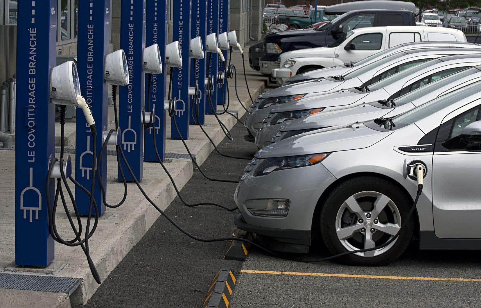 La promotion active des véhicules électriques et hybrides ainsi que le prolongement des quatre lignes de métro existantes figurent parmi les promesses de Québec solidaire en matière de transports.