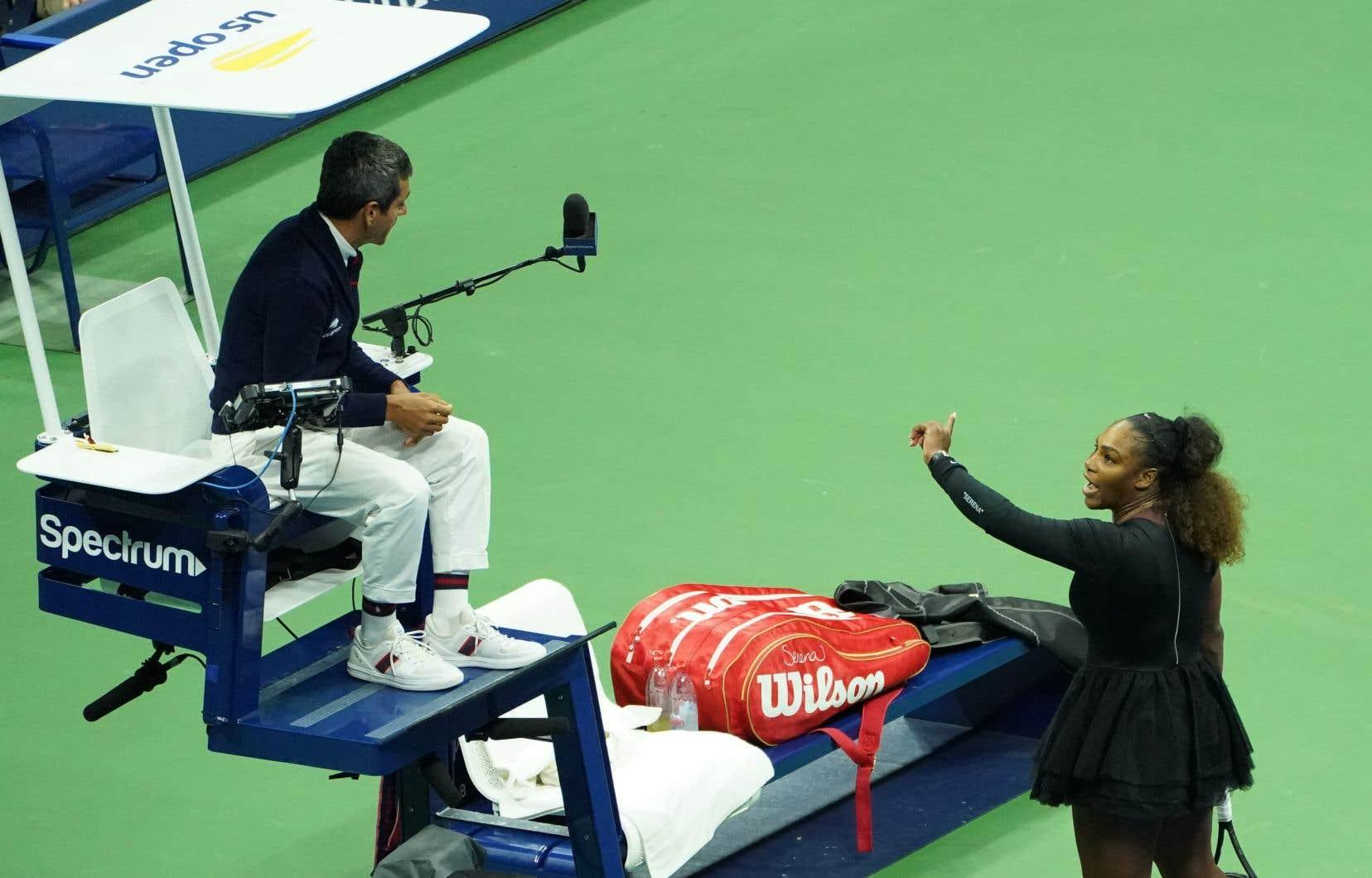 L'Américaine Serena Williams argumente avec l'arbitre Carlos Ramos alors qu'elle jouait contre la Japonaise Naomi Osaka lors de leur finale de simple féminin de l'US Open de 2018 le 8 septembre 2018 à New York.