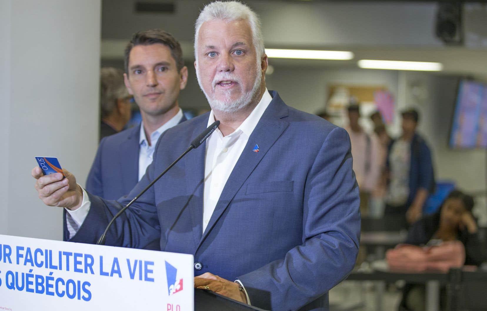 Le chef du PLQ, Philippe Couillard, a promis d'instaurer la gratuité du transport en commun pour tous les étudiants et les personnes âgées de 65 ans et plus.
