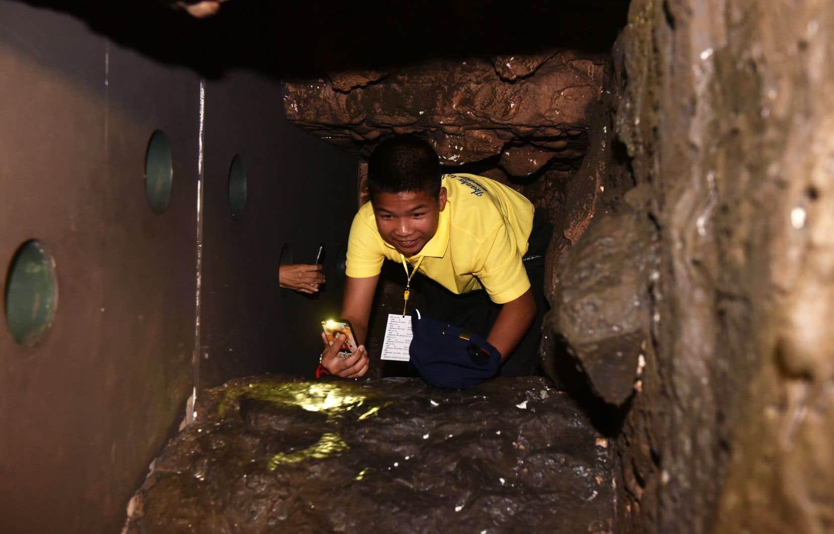L'histoire des 12 enfants peut se «visiter» à Bangkok, dans une exposition qui propose de ramper dans un tunnel étroit similaire à celui qu'ils ont dû emprunter.