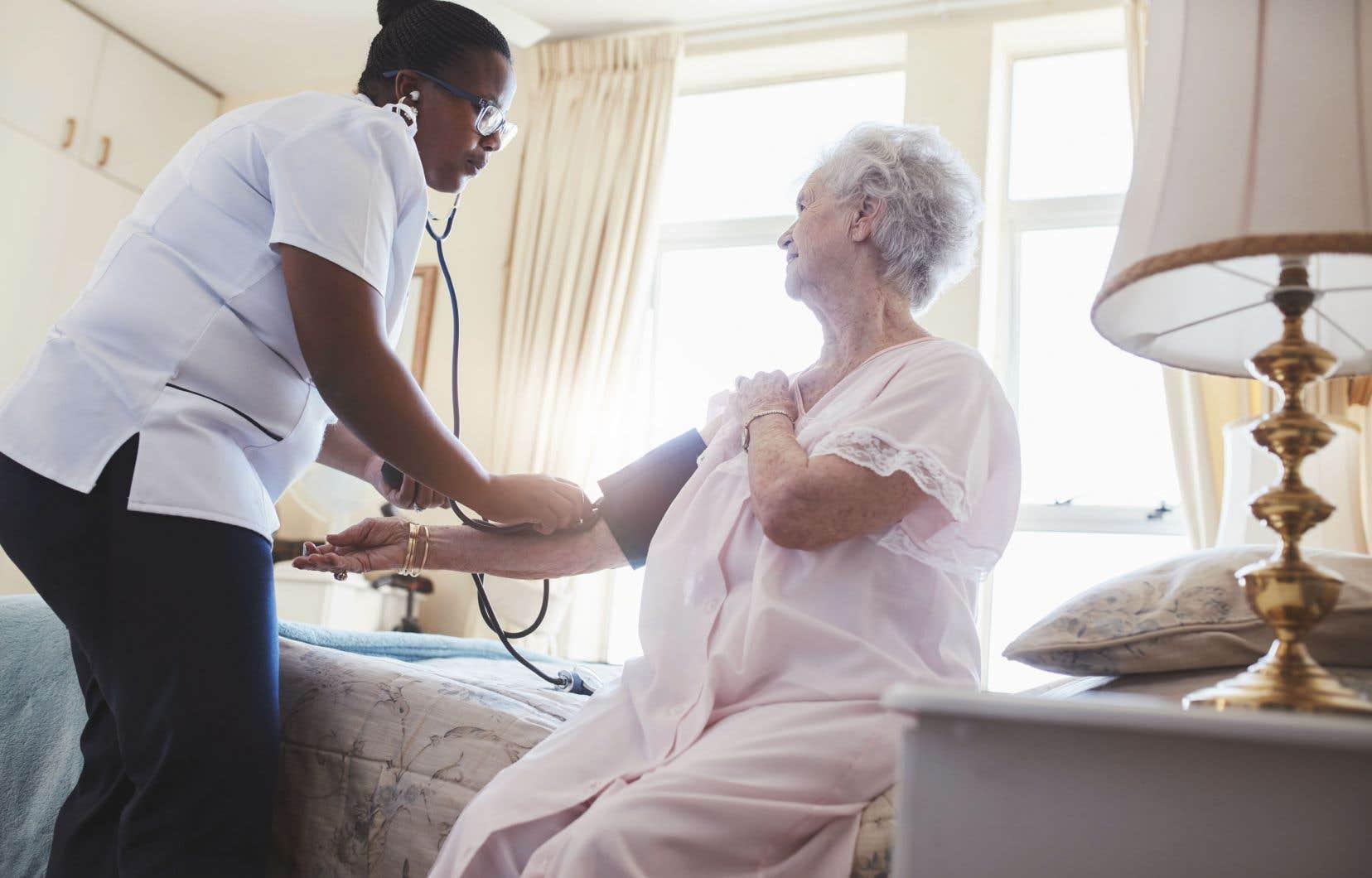 Une loi établissant des ratios minimums entre le nombre de professionnelles en soins et le nombre de patients assurerait demeilleurs services sans surcharger les infirmières, selon la présidente de la FIQ.