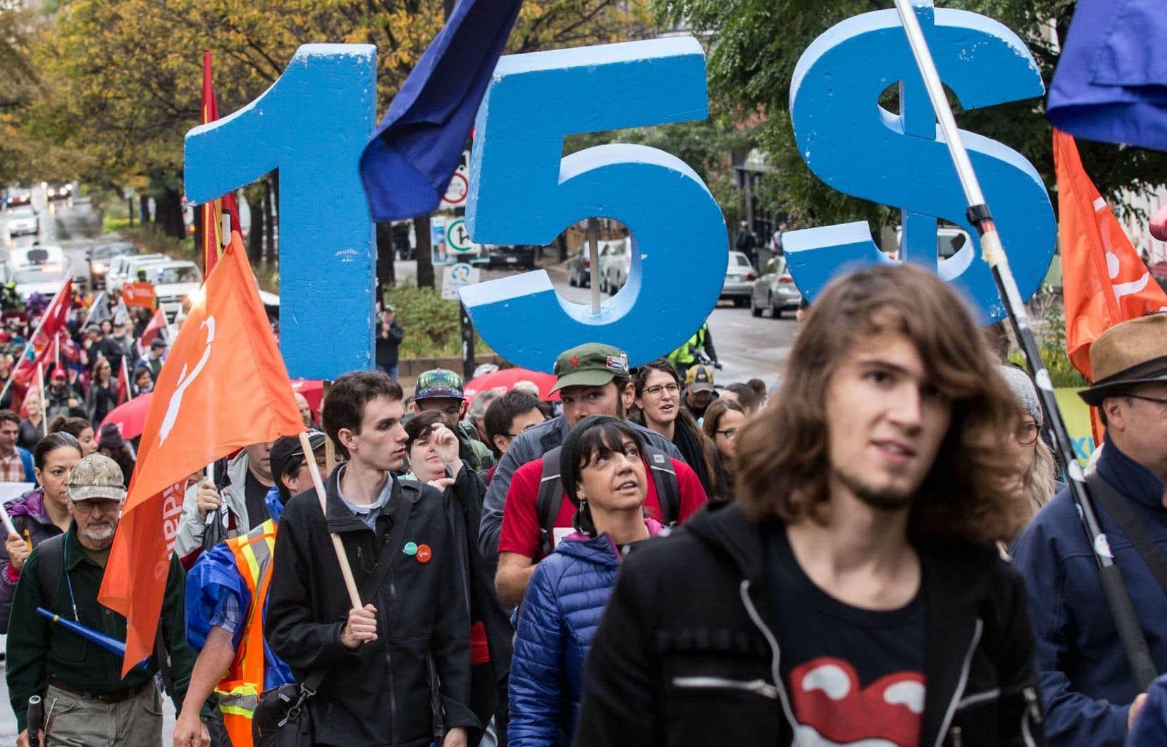 Manifestation pour la hausse du salaire minimum à 15 $ l'heure à Montréal en octobre 2017. L'augmentation du salaire minimum est l'une des demandes prioritaires de la Fédération des travailleurs et travailleuses du Québec.