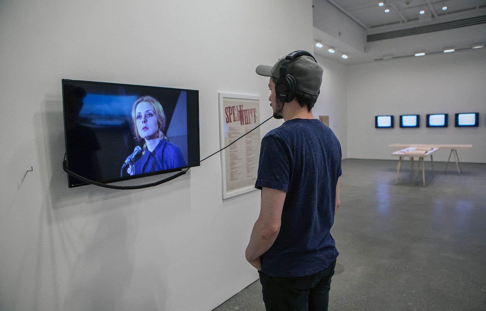 Un visiteur de l'expo «Soulèvements» regarde un extrait du film «La nuit de la poésie 27 mars 1970» (1971) de Jean-Claude Labrecque et Jean-Pierre Masse. On peut y voir et y entendre Michèle Lalonde y déclamant son célèbre et glorieux poème «Speak White» (1968).