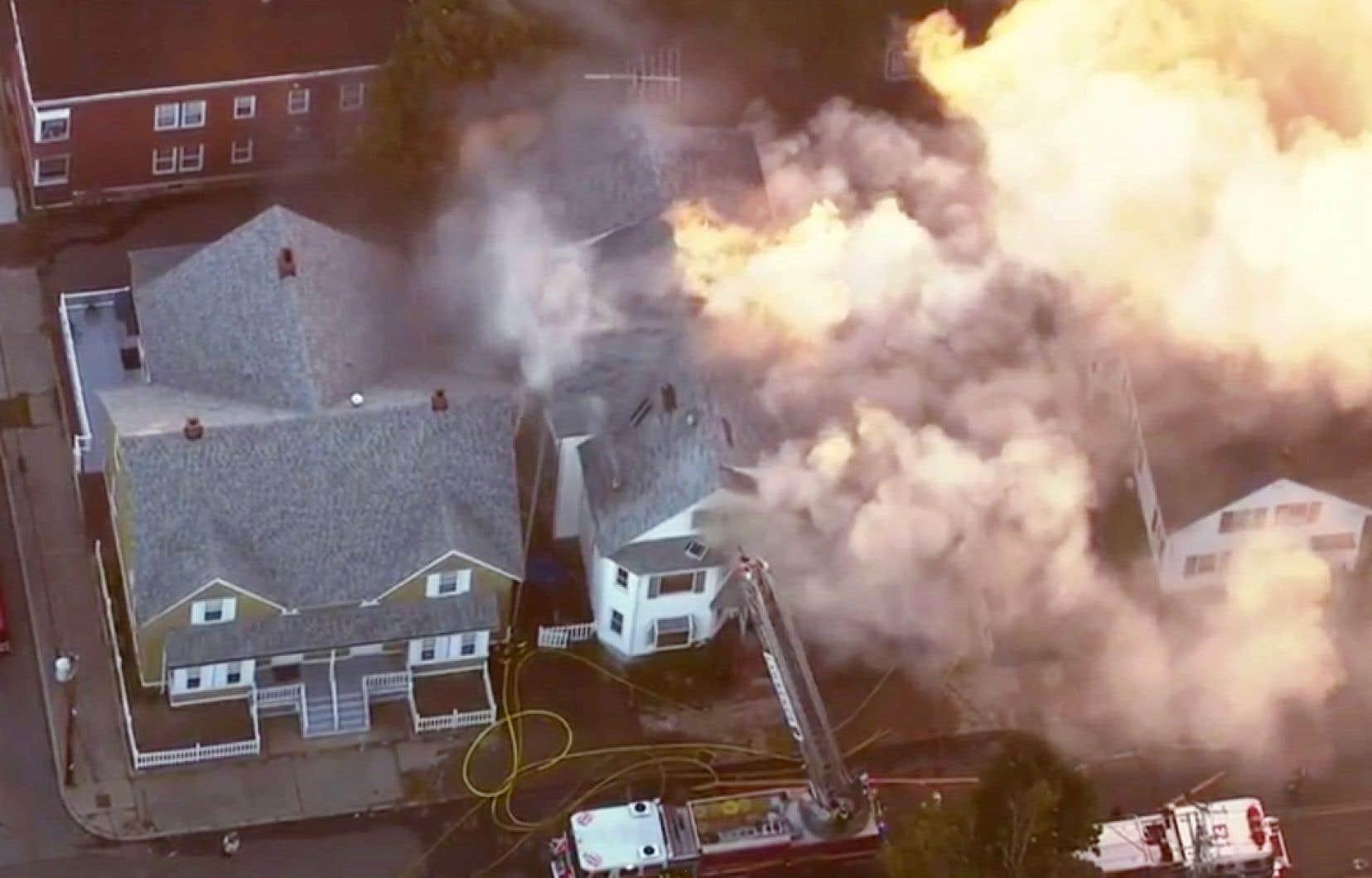 L'ensemble du secteur a été évacué tandis que les pompiers cherchaient à éteindre les flammes et à fermer les réseaux gazier et électrique afin d'éviter des dégâts encore plus importants.