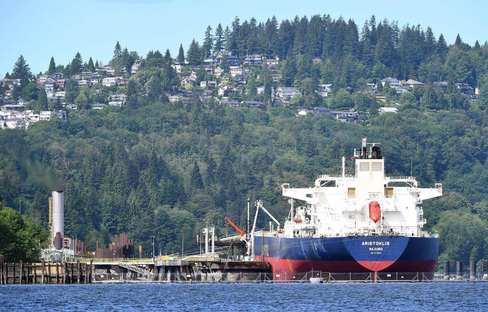 Un pétrolier au terminal marin du projet Trans Mountain à Burnaby, en Colombie-Britannique. Le tracé de l'oléoduc allant d'Edmonton à Vancouver traverse ou frôle quelque 138 communautés autochtones. Si plusieurs s'opposent au projet, d'autres au contraire l'appuient.