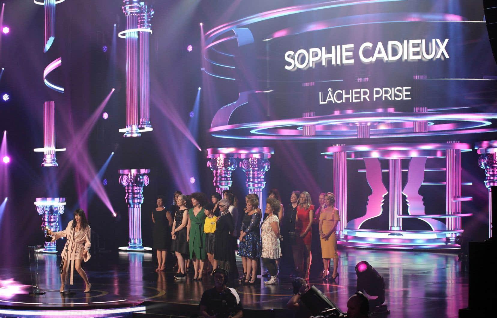 Sophie Cadieux a remporté le prix du premier rôle féminin, entourée de l'équipe de «Lâcher prise», qui a obtenu au total six Gémeaux : meilleure comédie, meilleur texte, meilleure réalisation et les meilleurs rôles de soutien masculin et féminin.