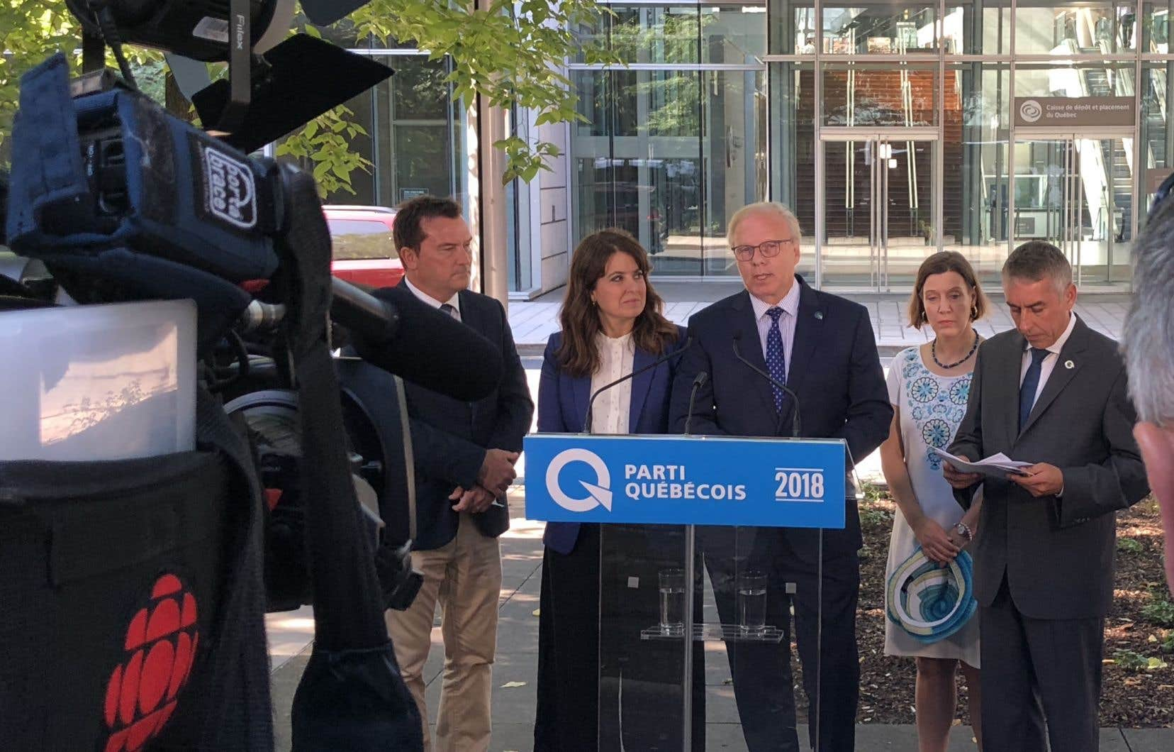 Le PQ propose de créer un label «fabriqué au Québec» pour encourager l'achat local, a annoncé lundi Jean-François Lisée… vêtu d'un complet américain.