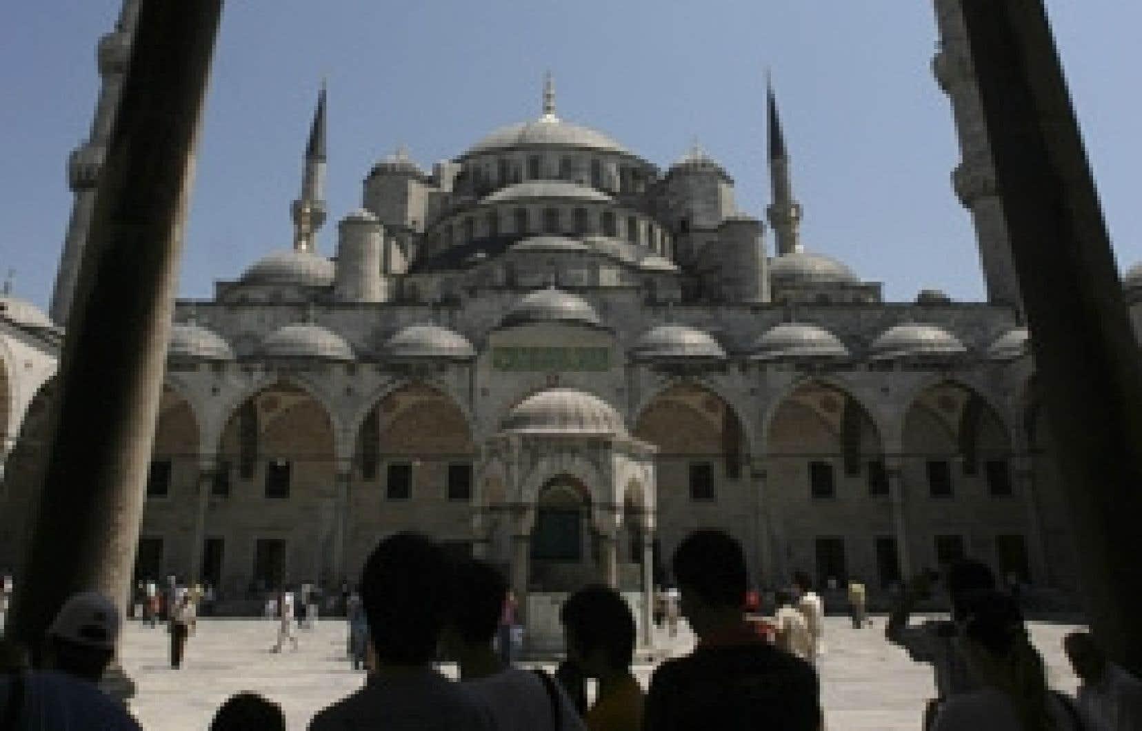 Des touristes devant la Mosquée bleue à Istanbul, en Turquie.
