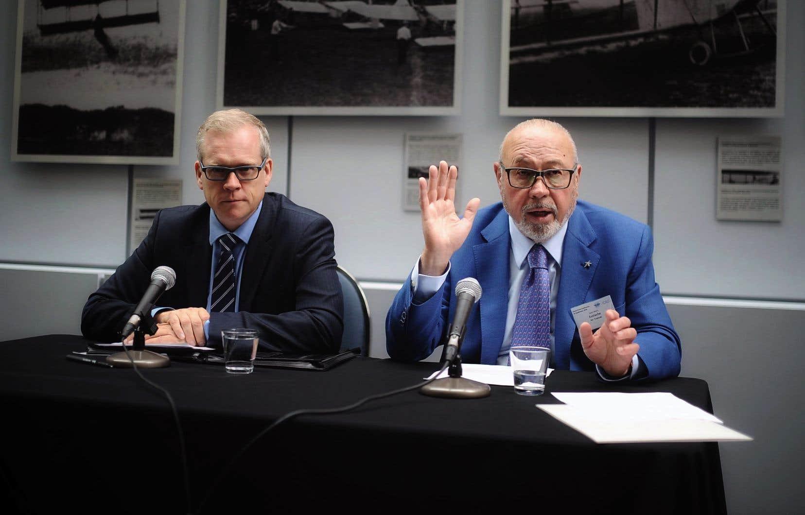 Le directeur du «Devoir», Brian Myles, et le président de Groupe Transat, Jean-Marc Eustache, lors de l'annonce du don versé au quotidien de la rue Berri
