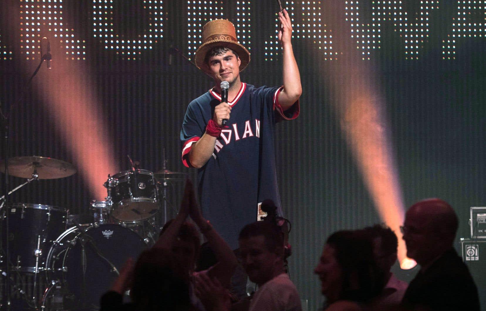 Jeremy Dutcher en performance sur scène pendant le gala du prix Polaris lundi soir à Toronto
