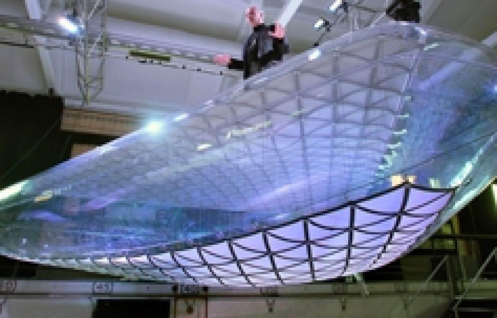 Pierre Jutras a présenté une maquette de la structure qu'il a développée pour régler les problèmes du toit du Stade olympique.