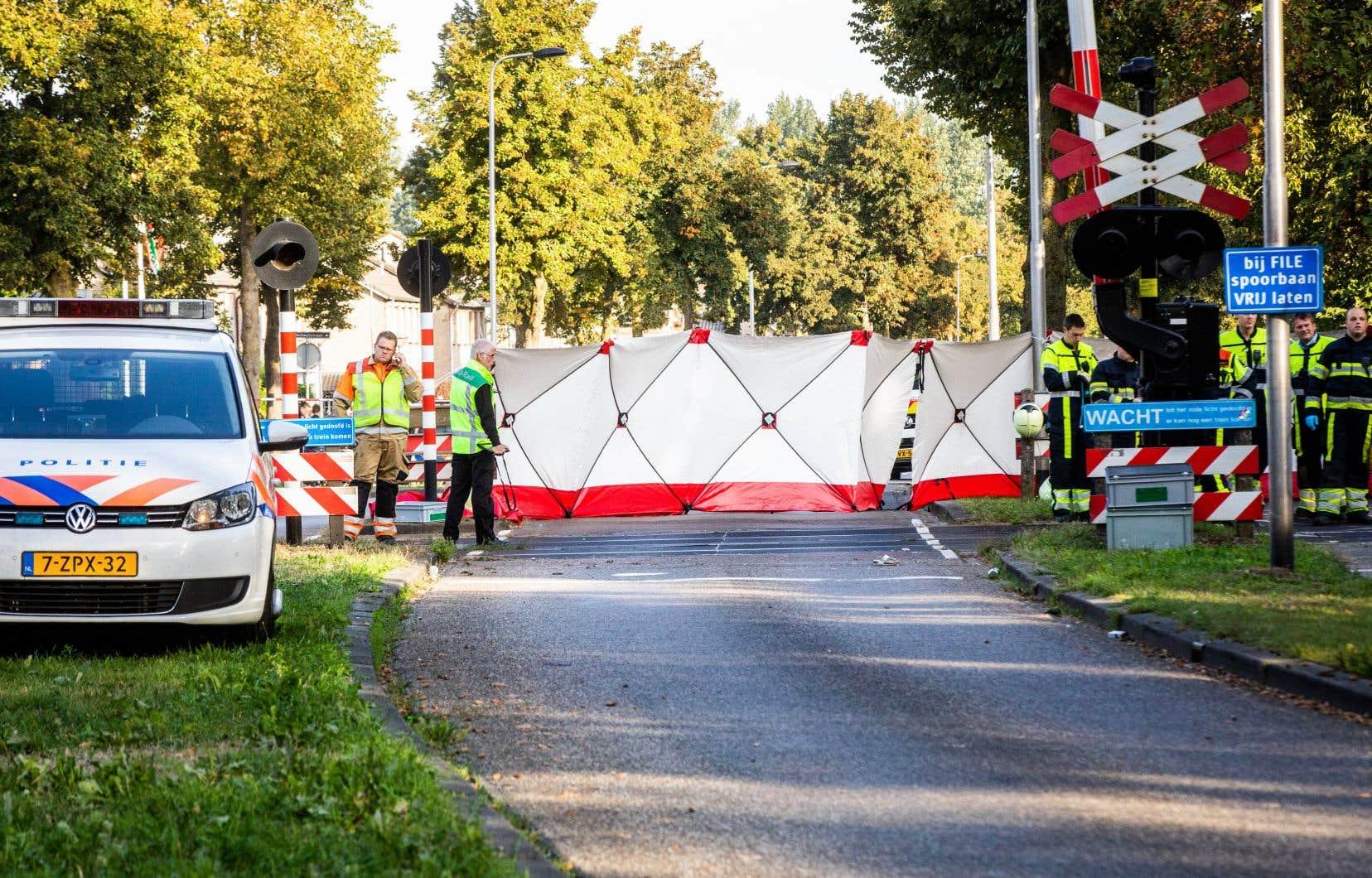 Les drapeaux sont en berne dans la ville d'Ossoù, pour des raisons encore inconnues, le vélo triporteur a été heurté avec cinq enfants à son bord par un train de type TER sur un passage à niveau gardé.