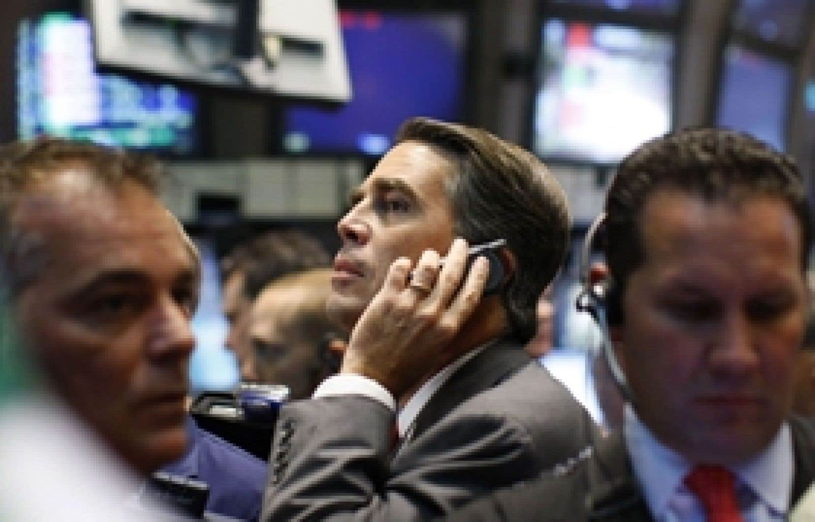 À Toronto, l'indice S&P/TSX est tombé de 813,97 points, pour terminer à 10 900,54 points, soit à son niveau le plus bas depuis juin 2006. À New York, le Dow Jones a quant à lui reculé de 348,22 points, ou 3,2 %, pour terminer la séance 10 482,8