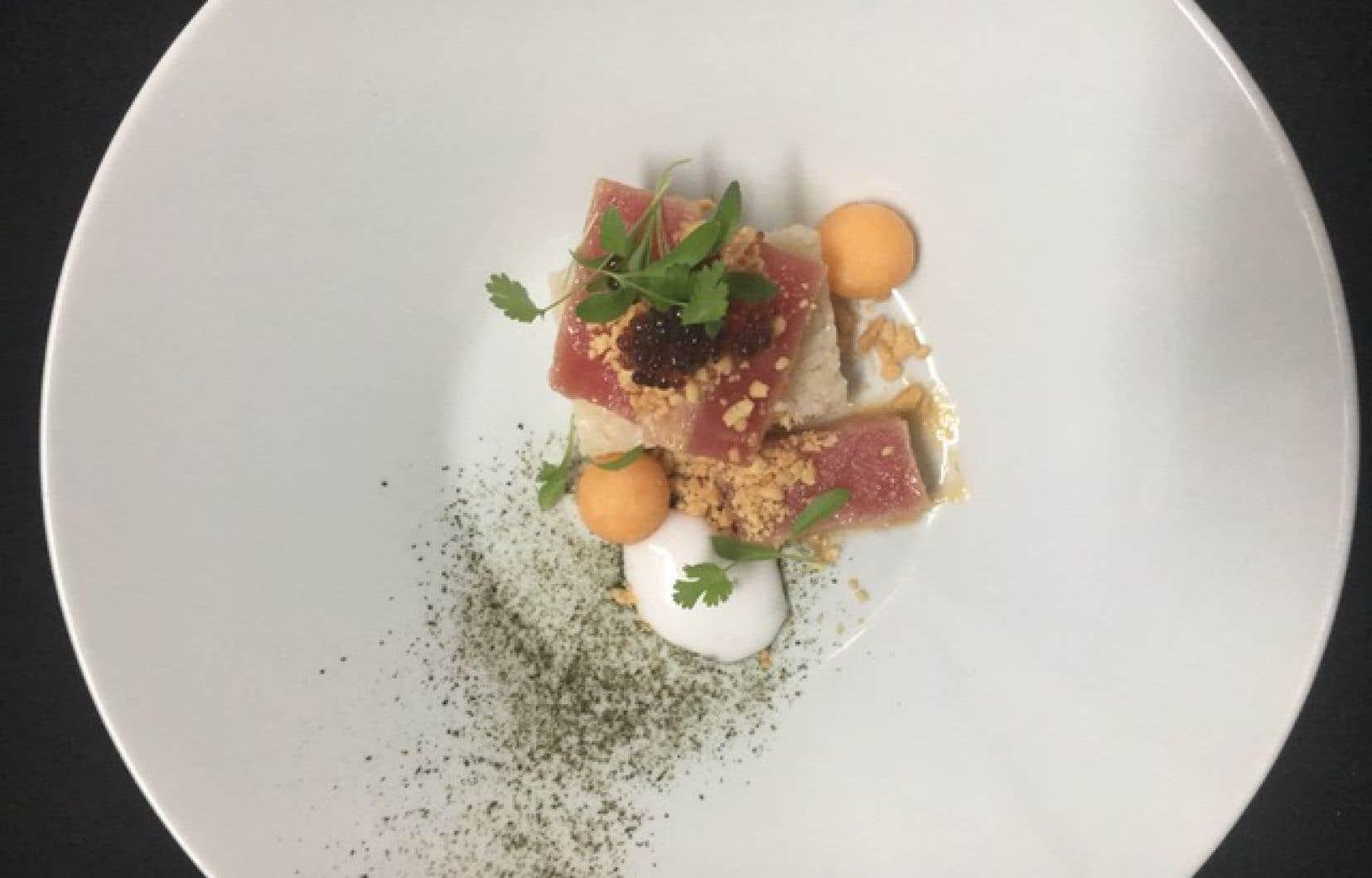 Le sashimi de thon cru mariné au ponzu, accompagné de riz au sésame, de cantaloup et d'une mousse de kaffir
