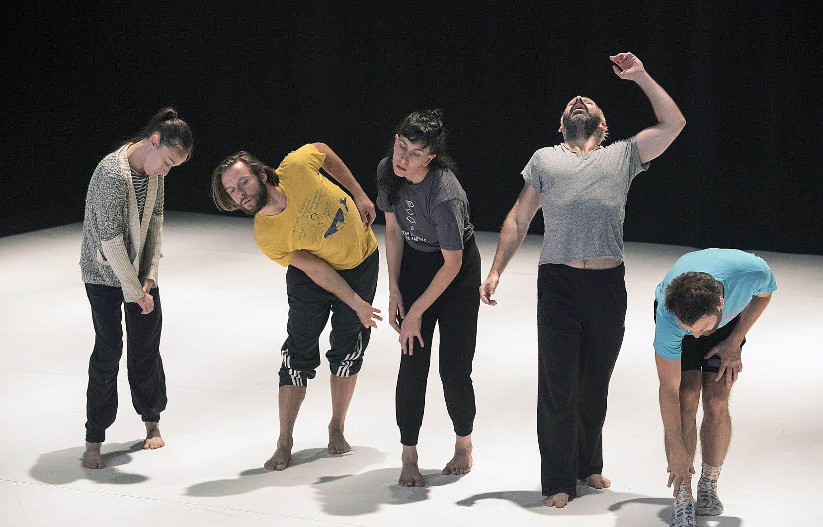 La pièce montre comment cinq individus — Caroline Gravel, Francis Ducharme, Leïla Mailly, James Phillips et Dany Desjardins, ici en répétition — tentent de s'extirper de leur quotidien et d'accéder à un état de conscience plus ouvert en créant des sortes de rituels.
