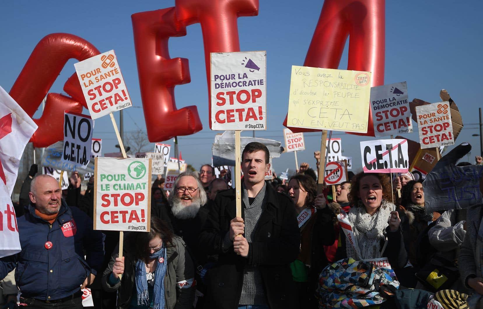 Manifestation contre l'AECG, en 2017. Largement décrié avant même son application, l'accord commercial reste pour ses opposants le symbole des affres de la mondialisation.