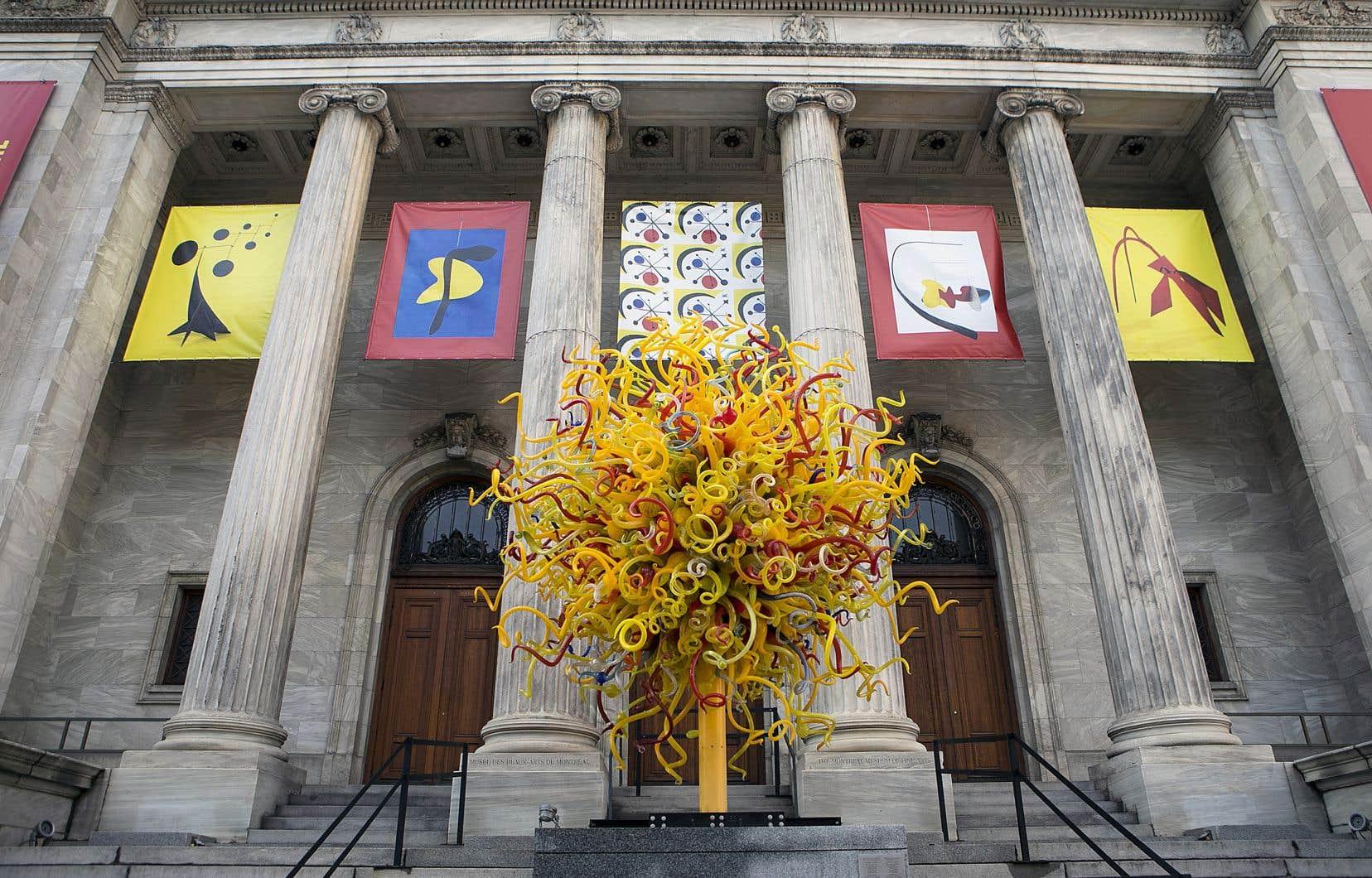 L'amélioration de l'offre en sorties culturelles pour les élèves, qui seront amenés à fréquenter davantage les musées, est au cœur des promesses des quatre partis. Ici, l'œuvre «Le soleil» de Dale Chihuly, devant le Musée des beaux-arts de Montréal.