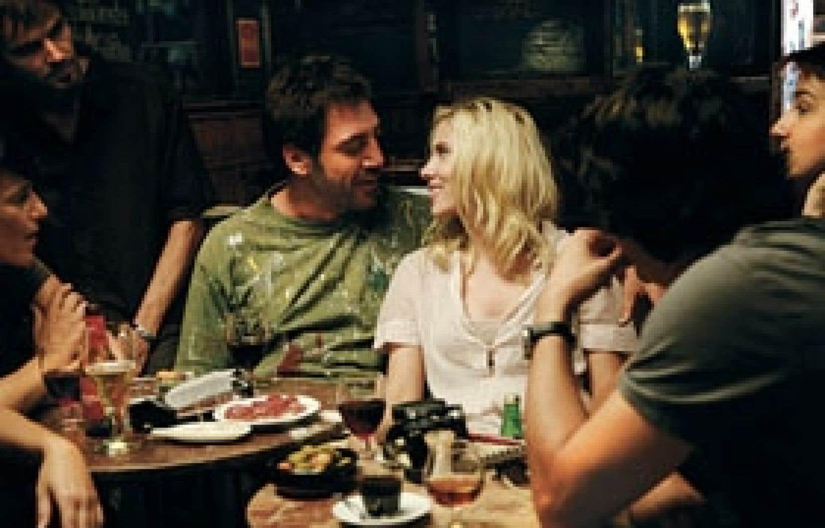 Craquant comme le péché, le peintre Juan Antonio (Javier Bardem) séduit Cristina, la jolie touriste américaine de passage (Scarlett Johansson), entre tapas et copas, dans le film Vicky Cristina Barcelona.