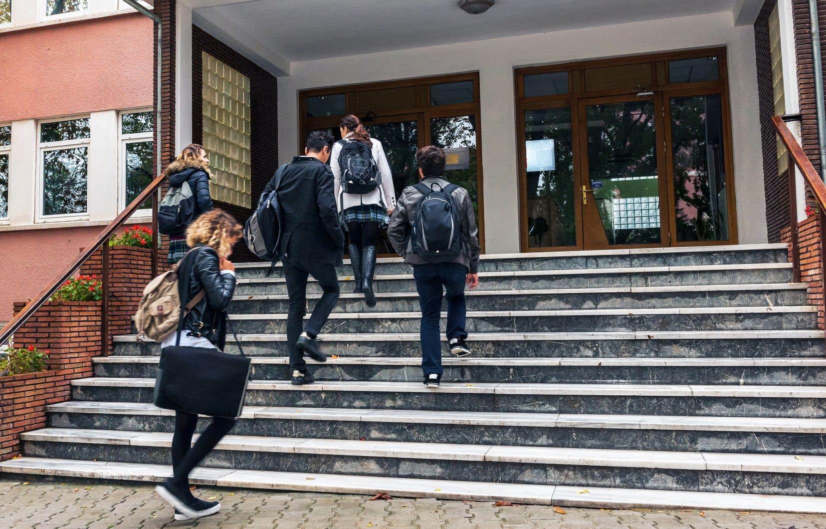 Une école offre plus que des services éducatifs, par exemple l'entretien des bâtiments et des équipements, divers services de soutien aux élèves, le transport.
