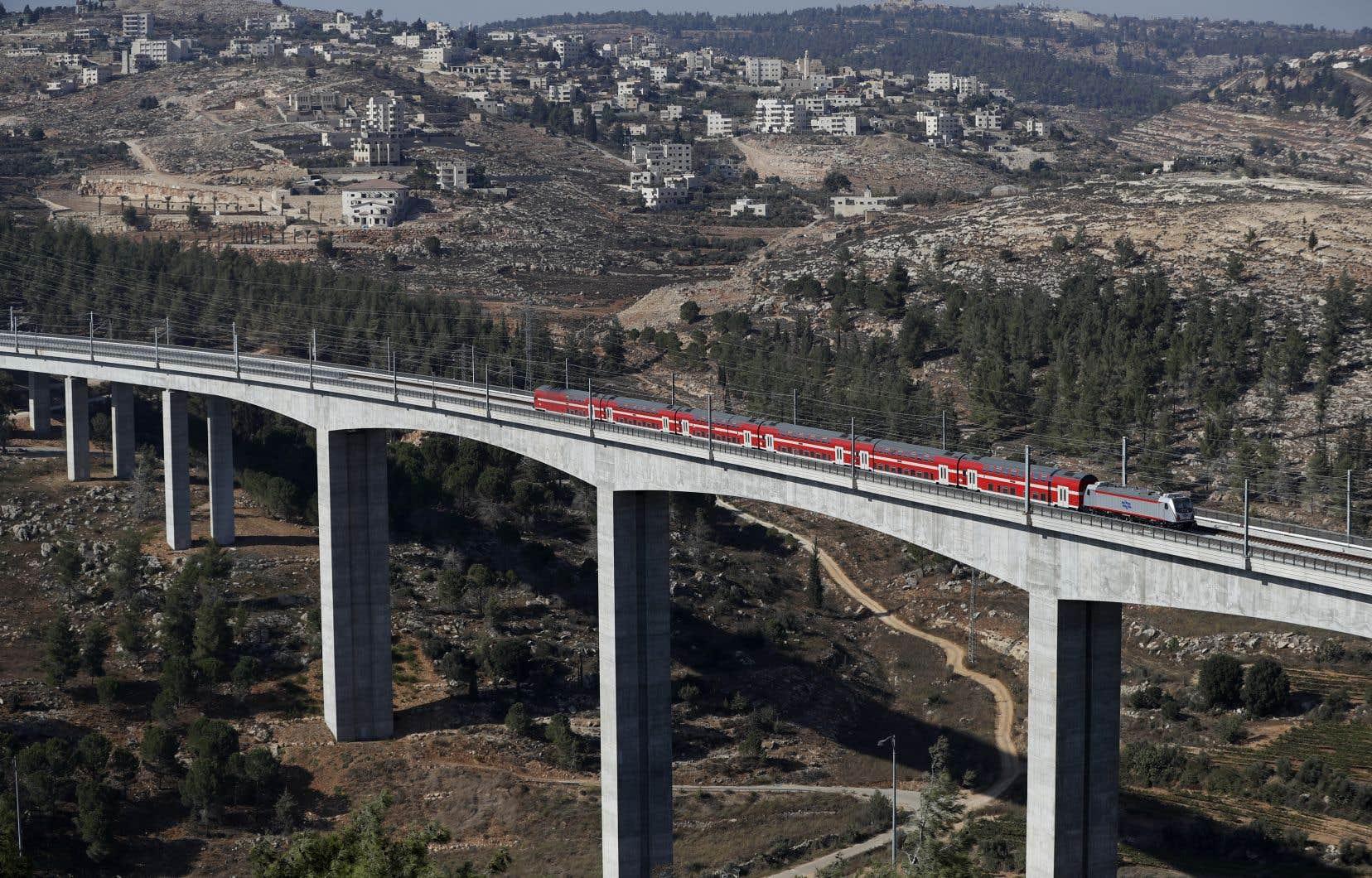 <p>La ligne devait initialement commencer à fonctionner en 2008. Mais le chantier sous maîtrise israélienne en partenariat avec des entreprises chinoise, italienne et russe, a accusé de nombreux retards.</p>