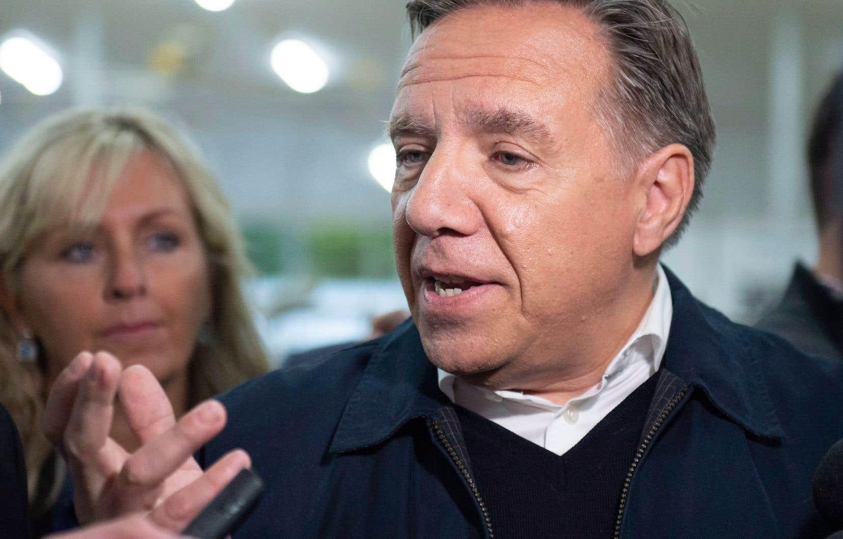 Le chef de la CAQ, François Legault, a répondu aux questions des journalistes lors de sa visite d'une ferme laitière, mardi, à Saint-Henri-de-Taillon, dans la région du Saguenay–Lac-Saint-Jean.