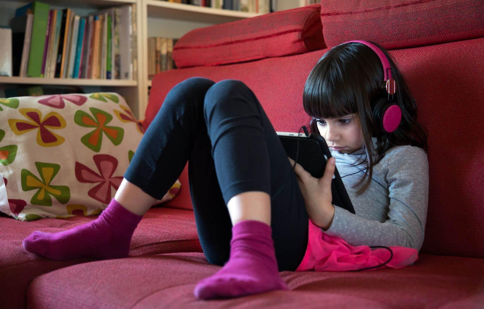 Le seul fait de restreindre le temps passé devant des écrans à deux heures quotidiennes avait aussi des effets positifs sur la cognition.