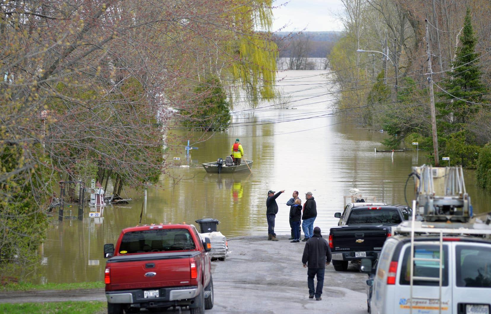 «Pour l'élection de la semaine prochaine, on peut se demander si les deux principaux partis en lice, le Parti libéral et la Coalition avenir Québec, ne sont pas aussi en train de mettre un pied sur le volant et l'autre sur le frein à propos du réchauffement climatique», se questionne l'auteur.