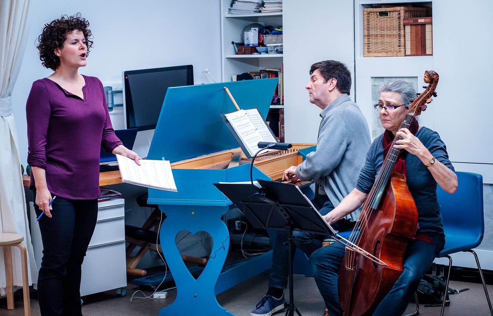 Luc Beauséjour en répétition avec la mezzo-soprano Stéphanie Pothier et Margaret Little à la viole de gambe.