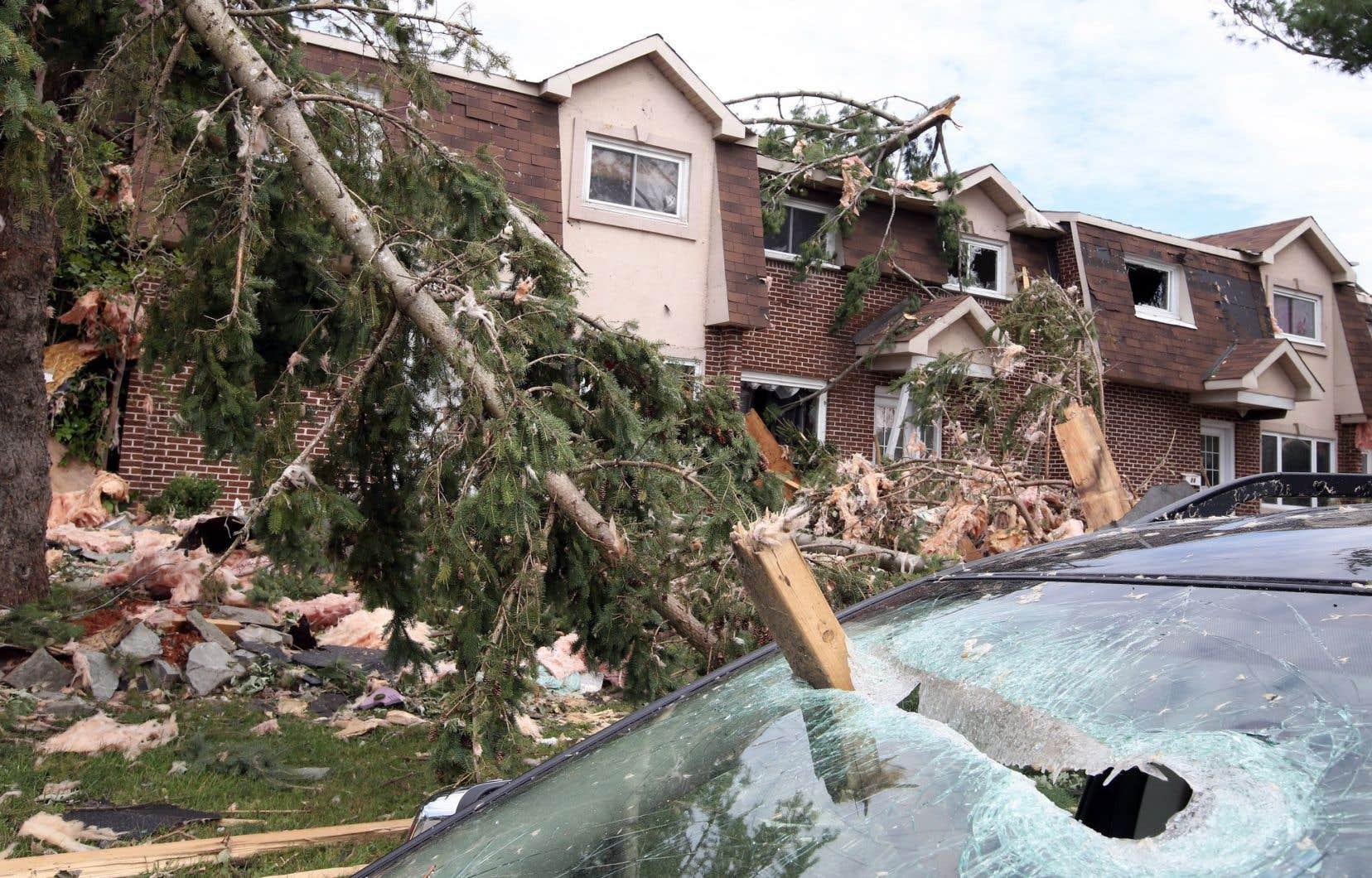 D'après les autorités, entre 600 et 1000 ménages ne pourront retourner vivre dans leur logement, considérablement endommagé voire totalement détruit par les tornades.