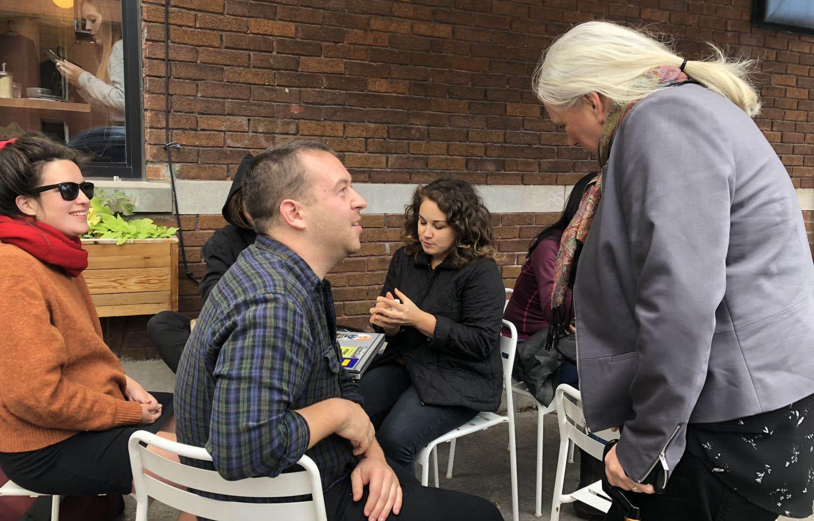 Pierre Léveillé, un jeune électeur, jase avec Manon Massé samedi lors d'une activité de mobilisation dans Laurier-Dorion à Montréal.