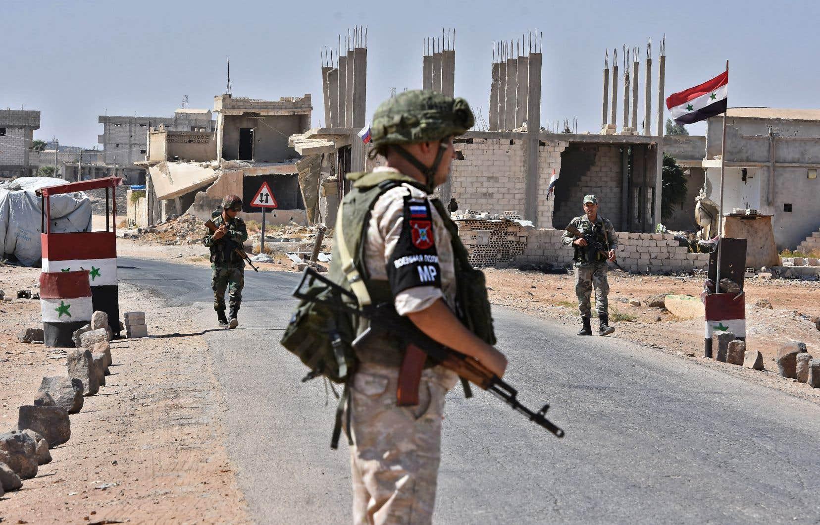 Un soldat russe monte la garde au point de passage d'Abu Duhur, dans l'est de la province d'Idlib.