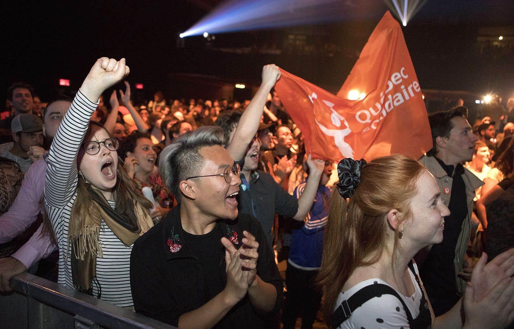 L'ambiance était à l'exaltation lundi soir au centre-ville de Montréal, où se tenait le rassemblement de Québec solidaire. Le parti a remporté son pari.