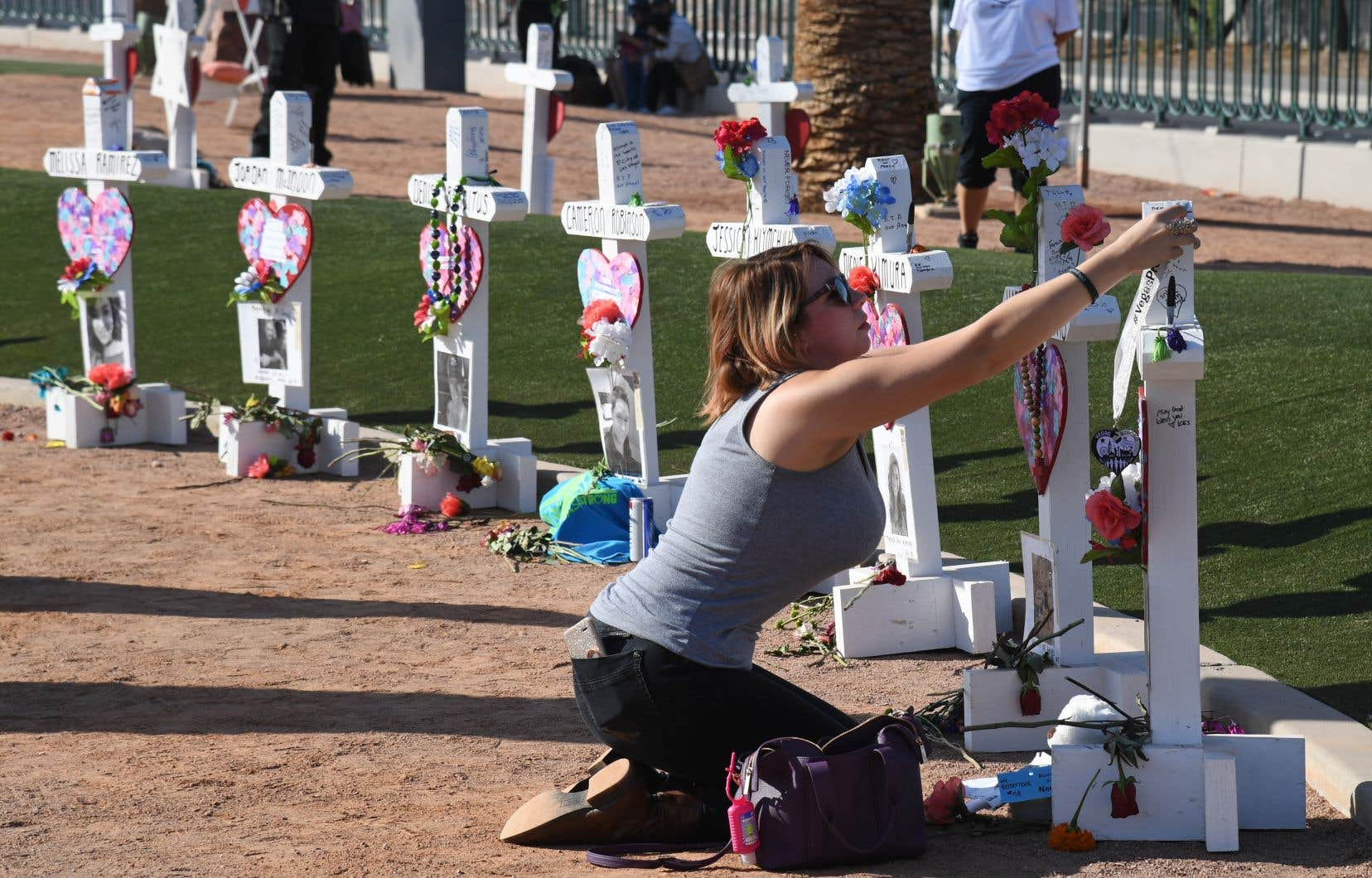 Plusieurs dizaines de personnes ont assisté dans la matinée lundi à une cérémonie officielle du souvenir, lors de laquelle 58 colombes ont été lâchées dans les airs.