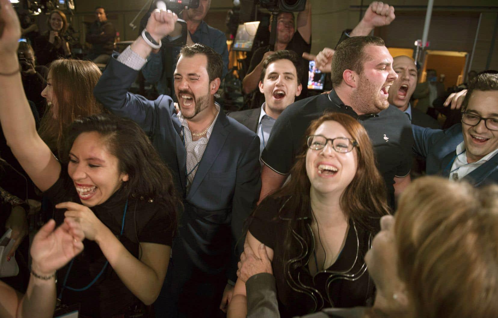 «On a gagné! On a gagné!» ont scandé les dizaines de militants de la CAQ rassemblés au Centre des congrès de Québec dès l'annonce d'un gouvernement majoritaire, sur le coup de 20h31, par le réseau TVA.