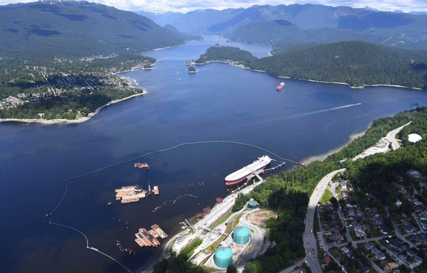 Vue aérienne du terminal pétrolier à Burnaby, en Colombie-Britannique