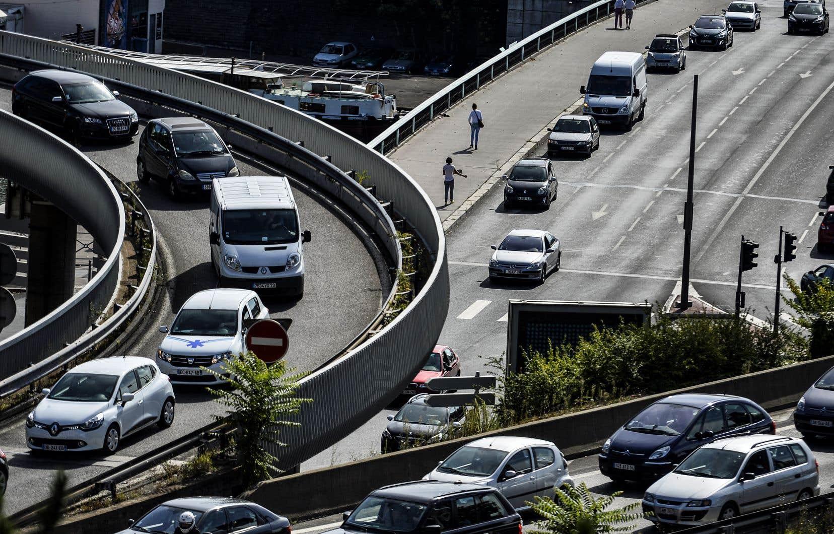Initialement, la Commission européenne avait demandé en novembre 2017 une réduction moindre, de 30% de la moyenne des émissions de CO2 des voitures particulières d'ici 2030.