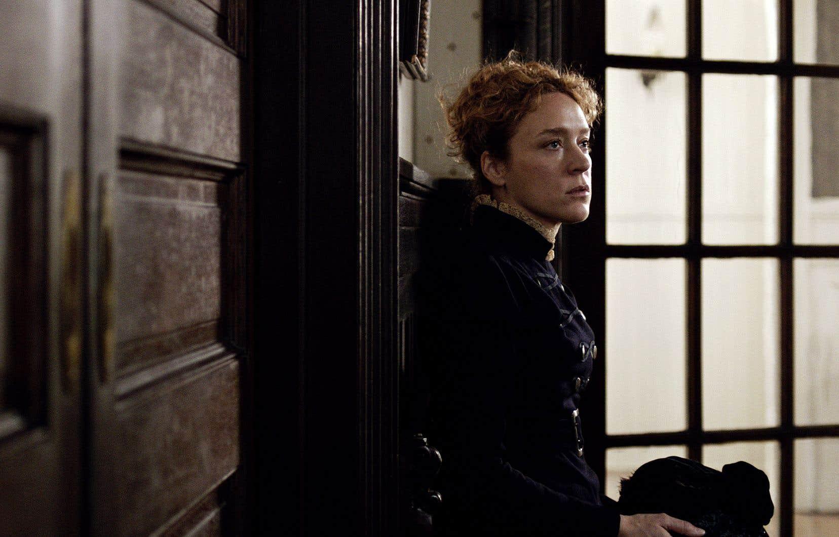L'excellente Chloë Sevigny propose sa version du personnage de Lizzie Borden, qu'elle interprète avec une intériorité frémissante.